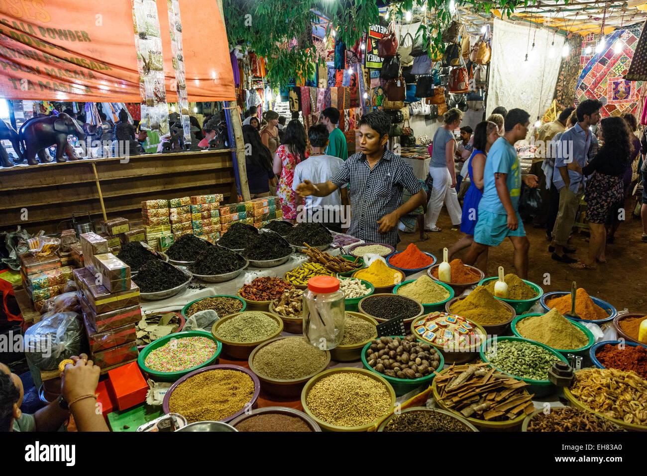 Negozio di spezie al sabato notte di mercato, Goa, India, Asia Immagini Stock