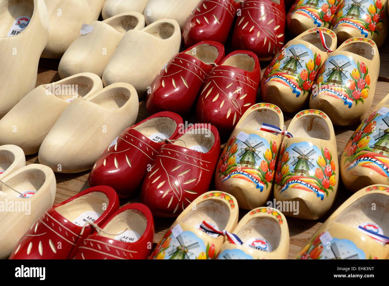 Dipinti olandesi tradizionali zoccoli di legno, Waagplein Square, Alkmaar, North Holland, Paesi Bassi, Europa Immagini Stock
