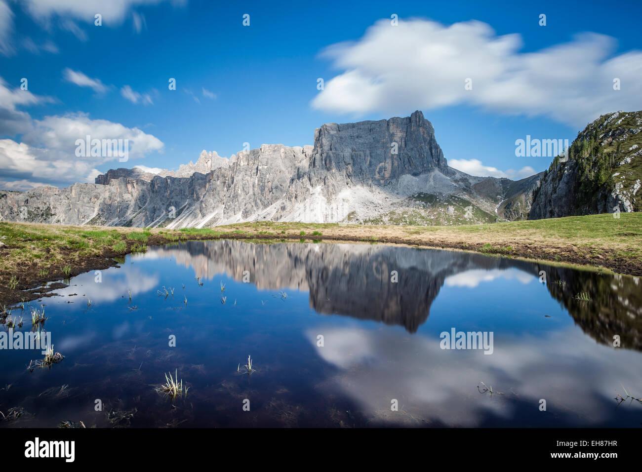 Il Lastoni de Formin riflettendo nel lago al Passo Giau, Dolomiti ampezzane, Cadore, Veneto, Italia, Europa Immagini Stock