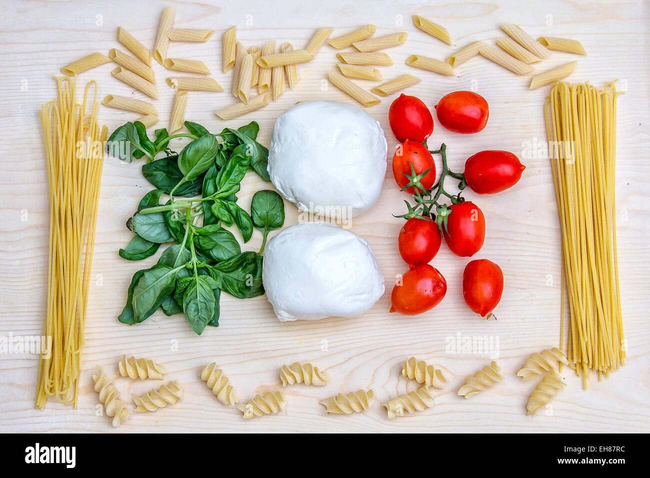 Composizione con i colori vivaci del cibo italiano: pasta, spaghetti Italia Immagini Stock