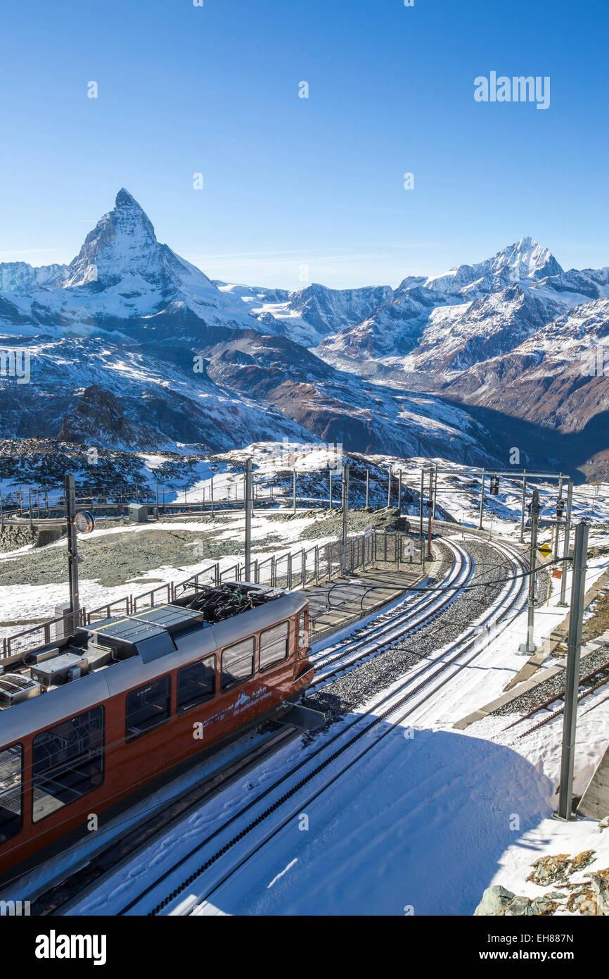 Un treno da Zermatt in avvicinamento alla stazione di Gornergrat rivolta verso il maestoso forma del Cervino, Vallese, Immagini Stock