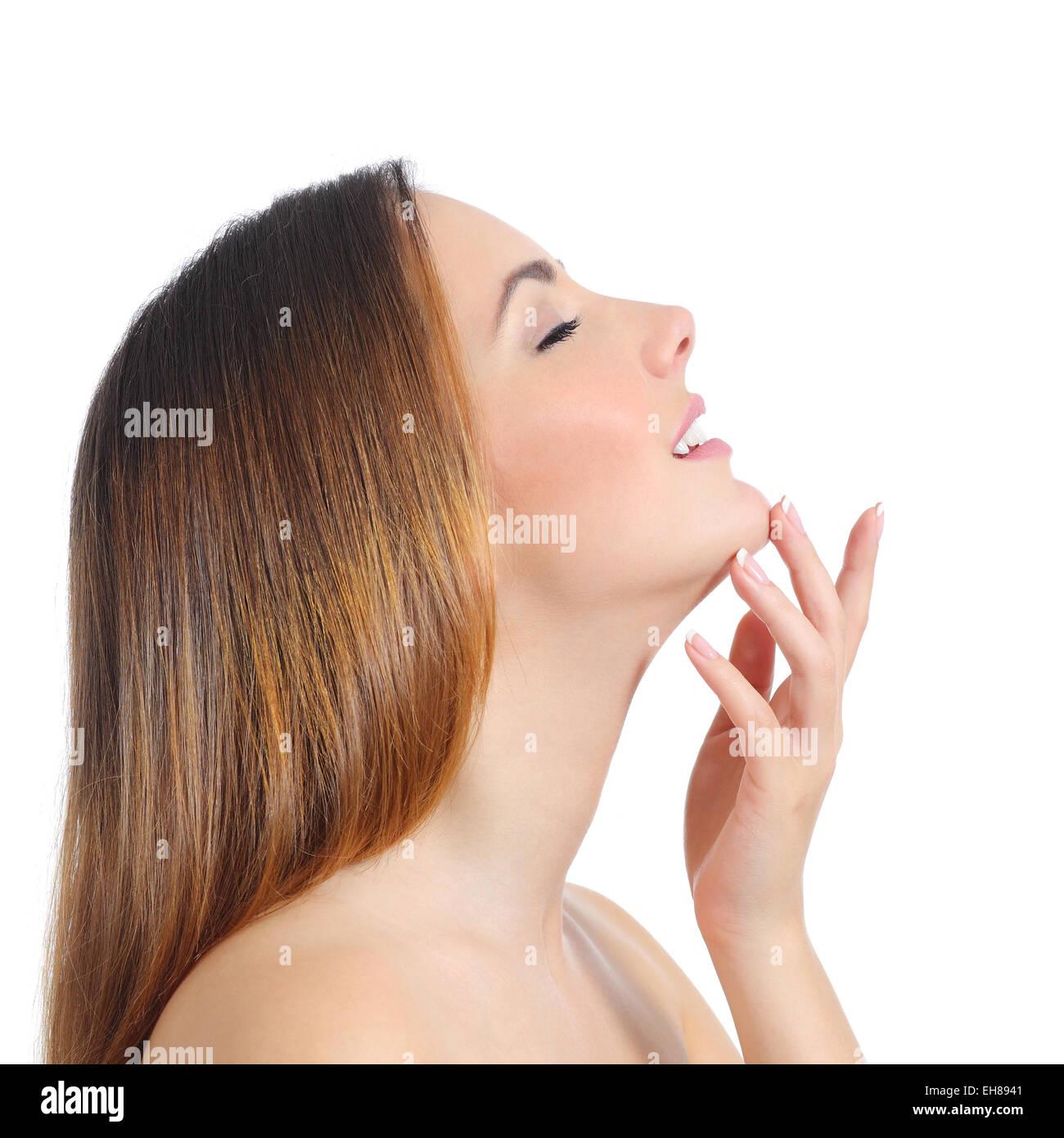 profilo di una donna di bellezza la pelle del viso e la mano manicure isolato su uno sfondo bianco