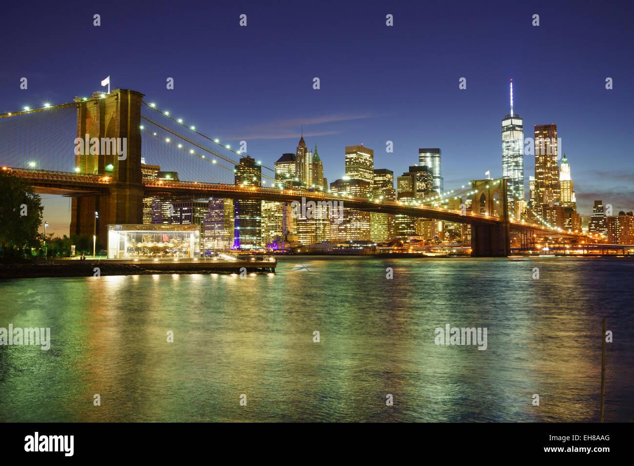 Il Ponte di Brooklyn e la parte inferiore di Manhattan skyline notturno, New York New York, Stati Uniti d'America, Immagini Stock