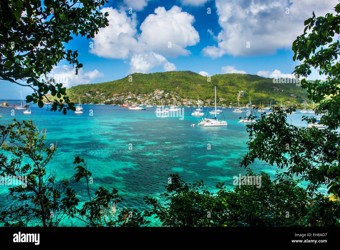 Barche a vela di ancoraggio in Port Elizabeth, Admiralty Bay, Bequia, Grenadine, isole Windward, West Indies, dei Immagini Stock
