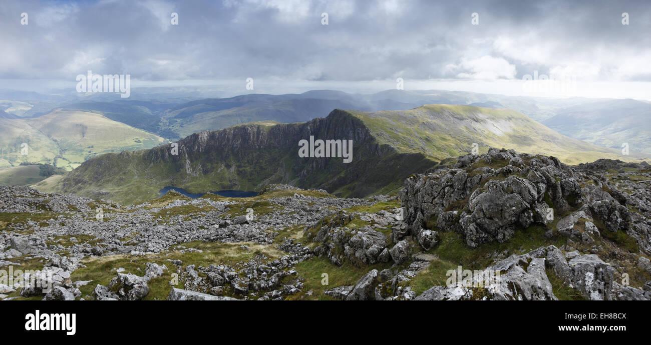 Vista verso sud dalla vetta di Cadair Idris, verso Craig Cau. Parco Nazionale di Snowdonia. Gwynedd, Wales, Regno Immagini Stock