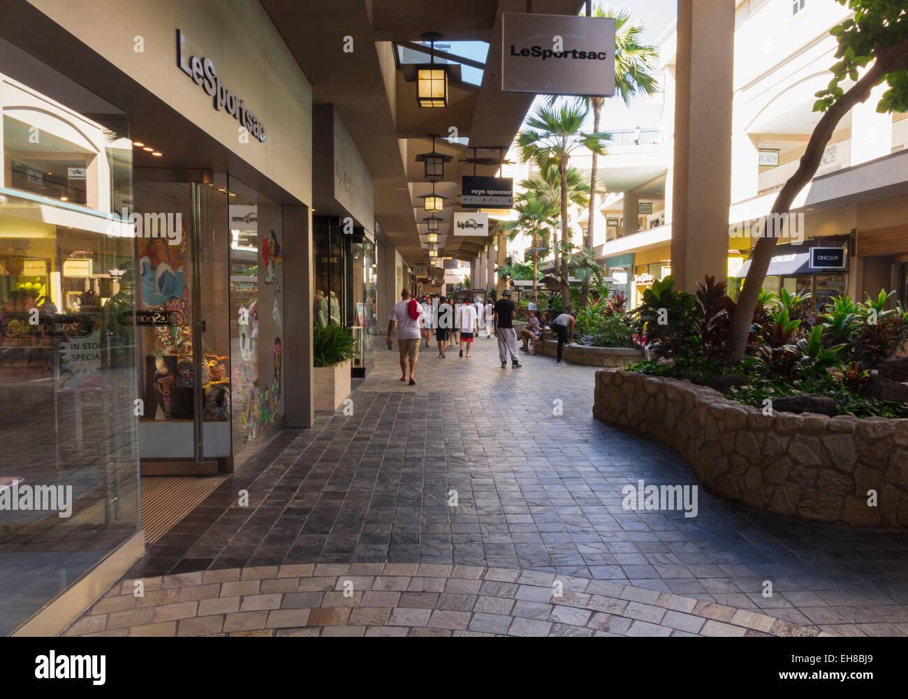 Gli amanti dello shopping presso la moderna Ala Moana shopping mall nei pressi di Waikiki di Oahu, Hawaii Immagini Stock