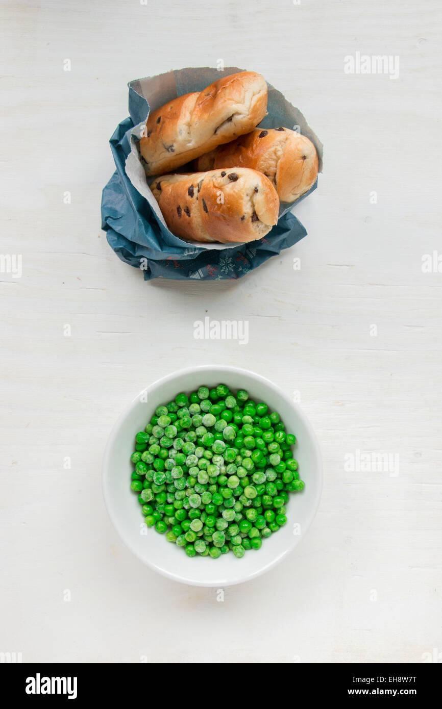 Versus sano cibo malsano. Metafora degli opposti nel cibo. Immagini Stock