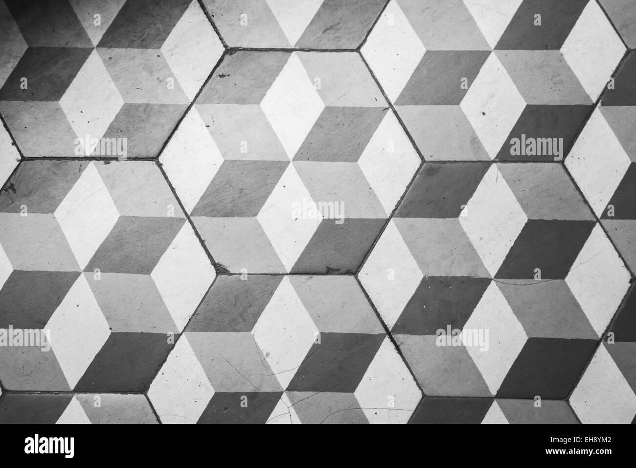 Vecchio nero e piastrelle bianche sul pavimento in stile retrò
