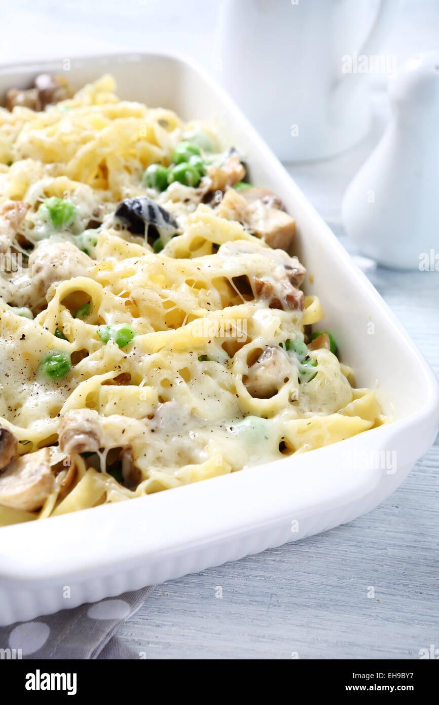 La pasta con la salsa al formaggio, cibo Immagini Stock