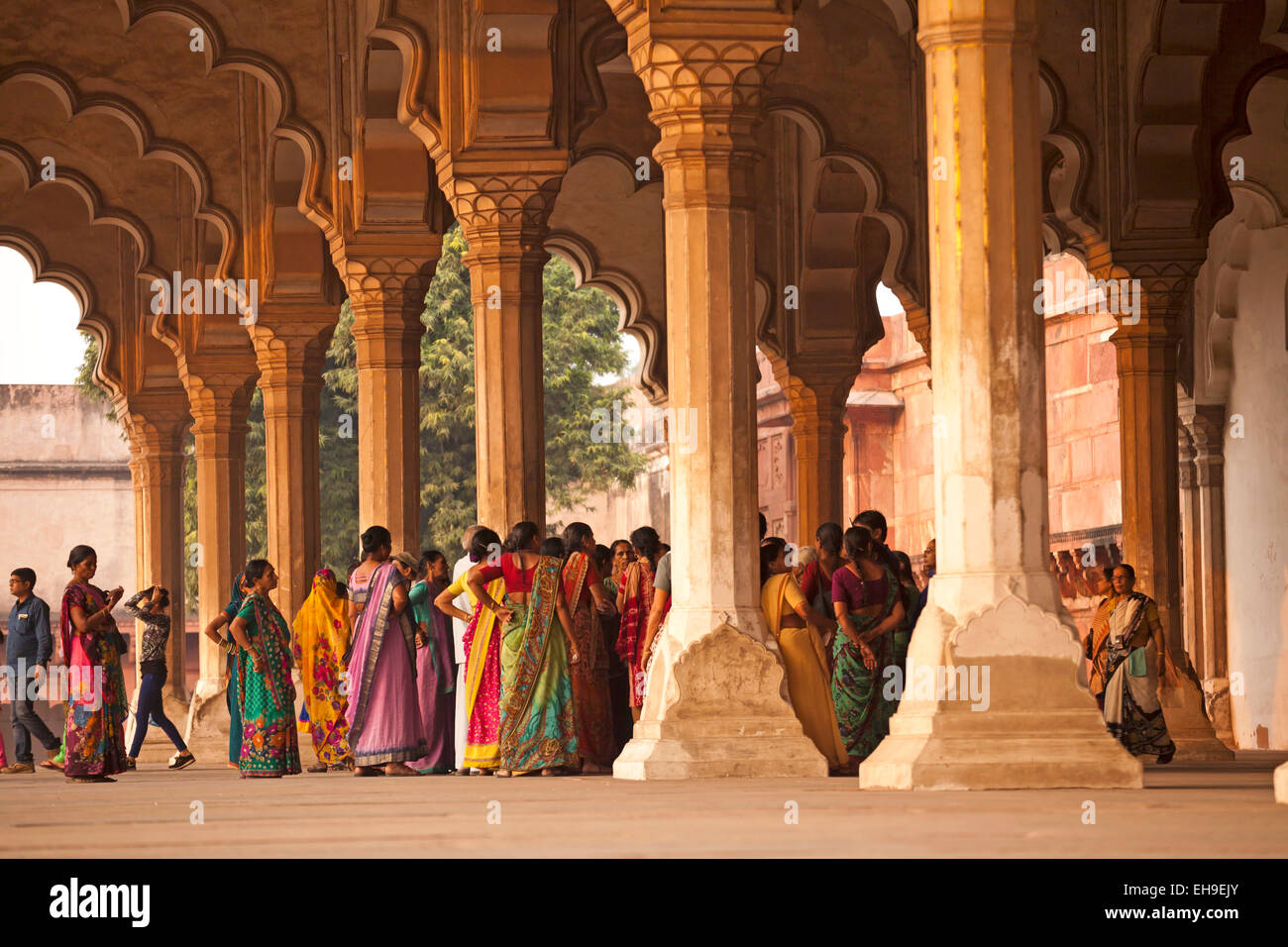 I visitatori nel quadriportico in Red Fort, Agra, Uttar Pradesh, India Immagini Stock