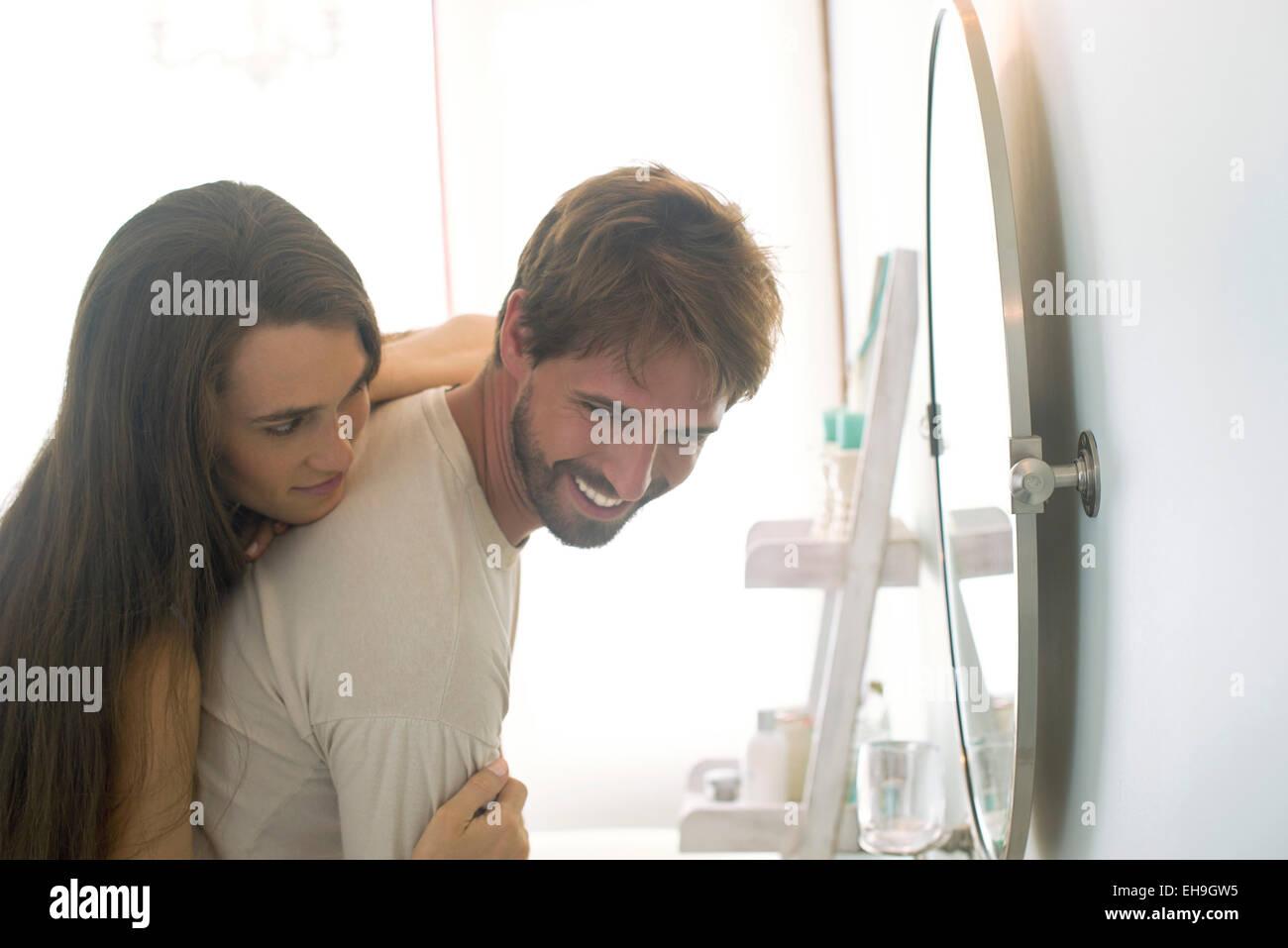Donna abbracciando il marito da dietro Immagini Stock