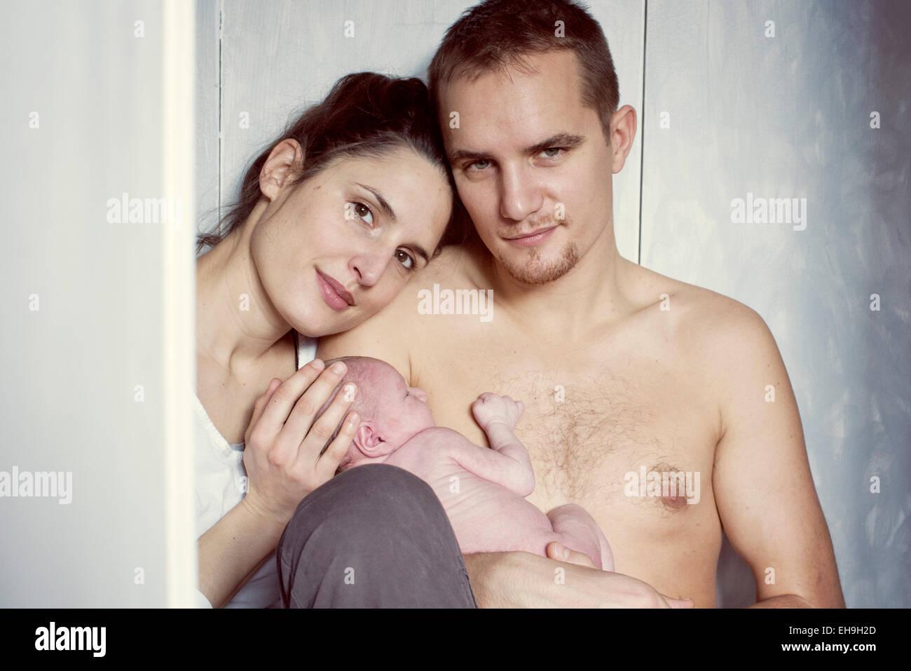 I genitori tenendo neonato, ritratto Immagini Stock