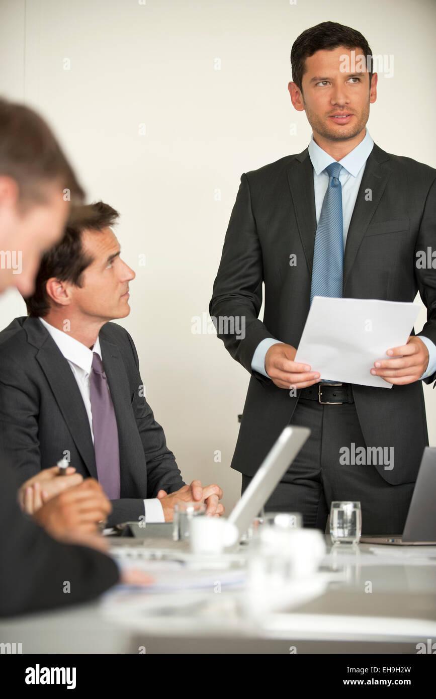 Uomo d'affari offrendo motivazionali di parola alla riunione Immagini Stock