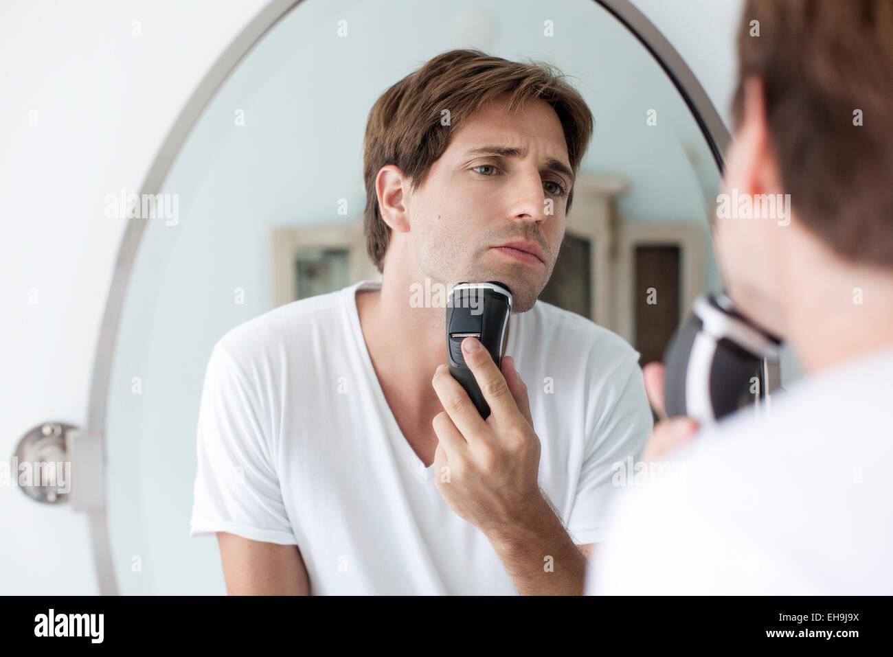 L'uomo la rasatura con il rasoio elettrico Immagini Stock