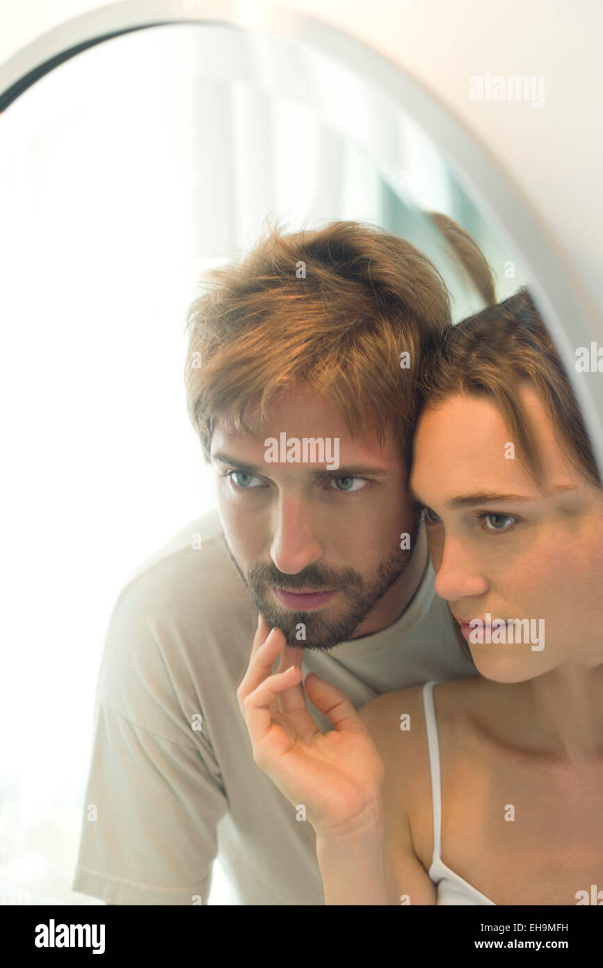 Coppia in cerca nel retrovisore insieme, moglie husand accarezza il mento barbuto Immagini Stock