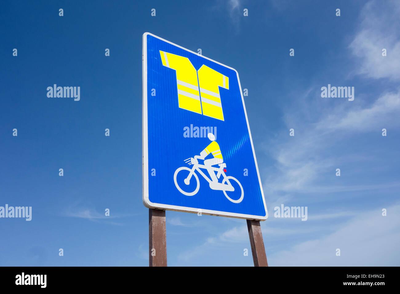Segno sulla strada di montagna su Gran Canaria indicando uso obbligatorio di alta visibilità giacca per ciclisti Immagini Stock