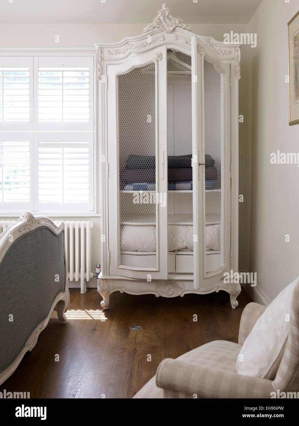 Ornati dipinti di bianco credenza con asciugamani in camera da letto ...