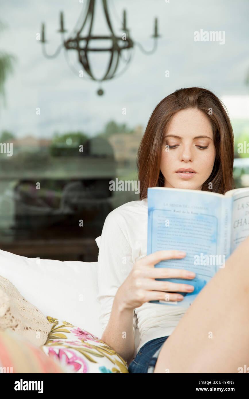 Giovane donna libro di lettura Immagini Stock