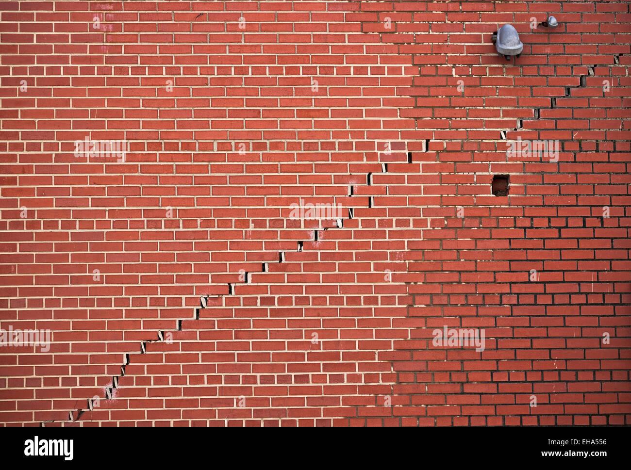Spaccatura nella parete di mattoni di edificio dove è separazione dell Immagini Stock
