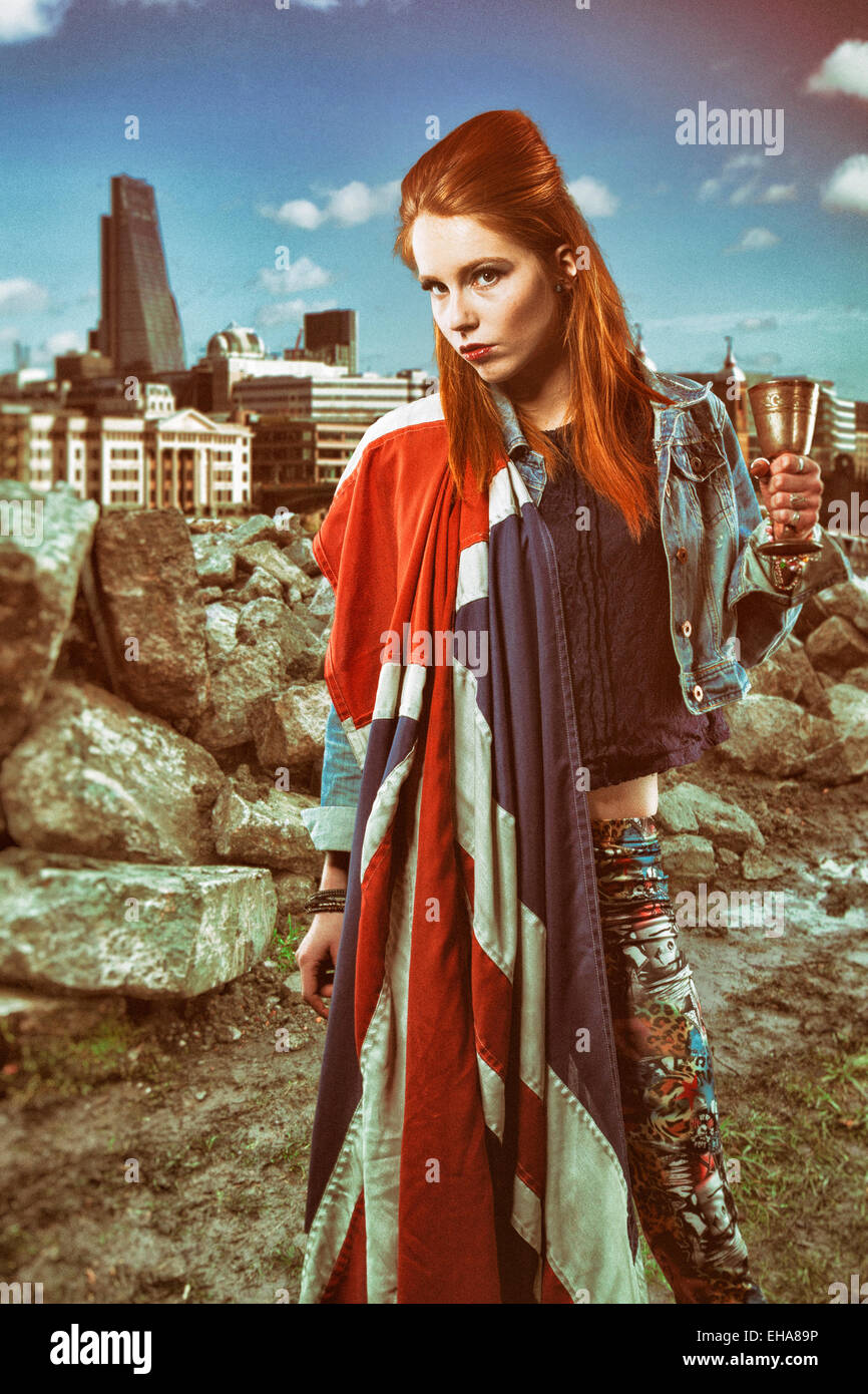 Redhead donna avvolta in una bandiera dell'Union Jack Foto Stock