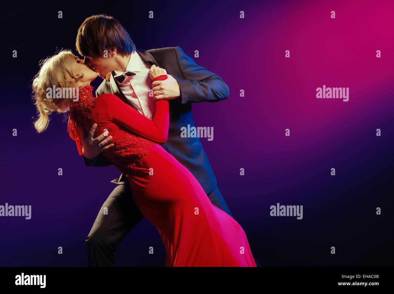 Elegante coppia giovane nella danza d'amore Immagini Stock