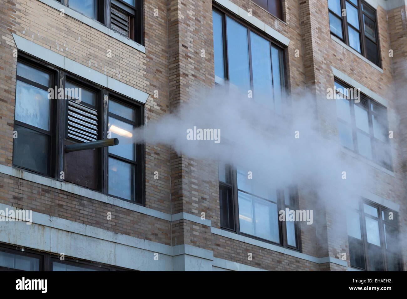 Il vapore proveniente al di fuori di un edificio Immagini Stock