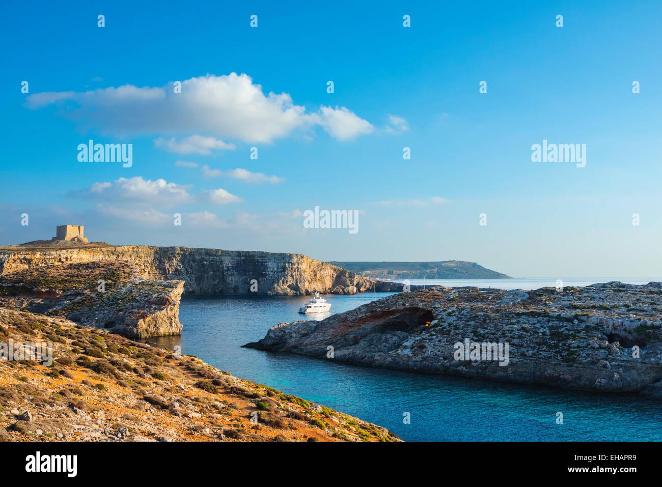 L' Europa mediterranea, Malta e Comino Isola, scogliera torre di avvistamento Immagini Stock