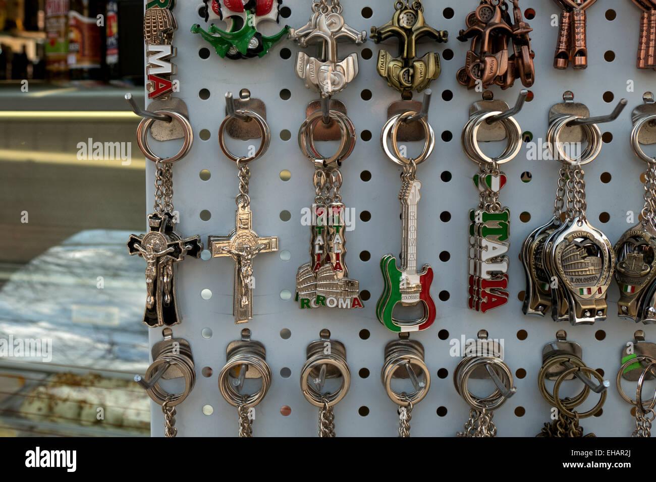 Negozio di souvenir, regali, oggetto, catena di chiavi. Roma, Italia, Italia, città italiana Immagini Stock