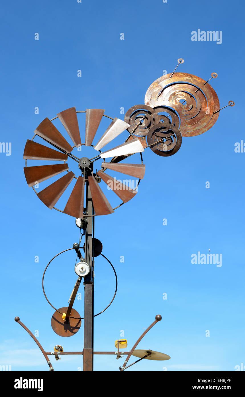 Meccanico o mulino a vento metallico scultura o di strumento a fiato scultura di installazione Immagini Stock