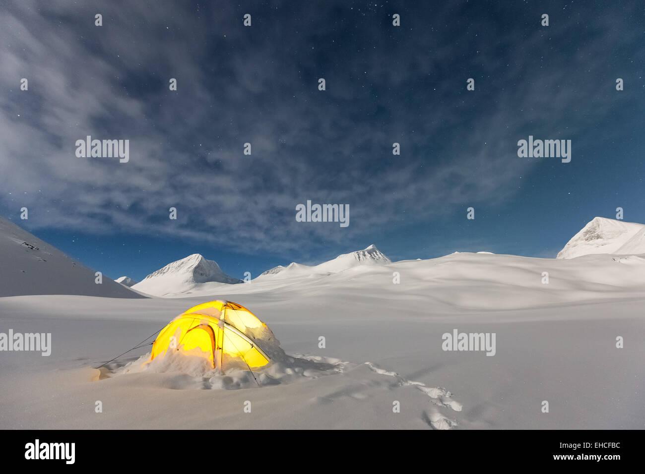 Campeggio invernale accanto al deserto Nallostugan capanna, Kebnekaise area di montagna, Kiruna, Svezia, Europa Immagini Stock