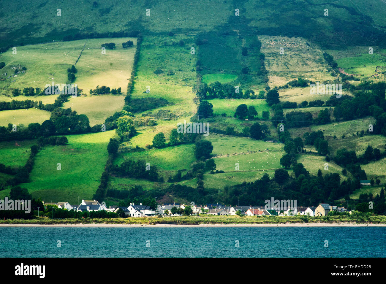 Glenariff Village si trovano di fronte la Baia Rossa. Irlanda del Nord Immagini Stock
