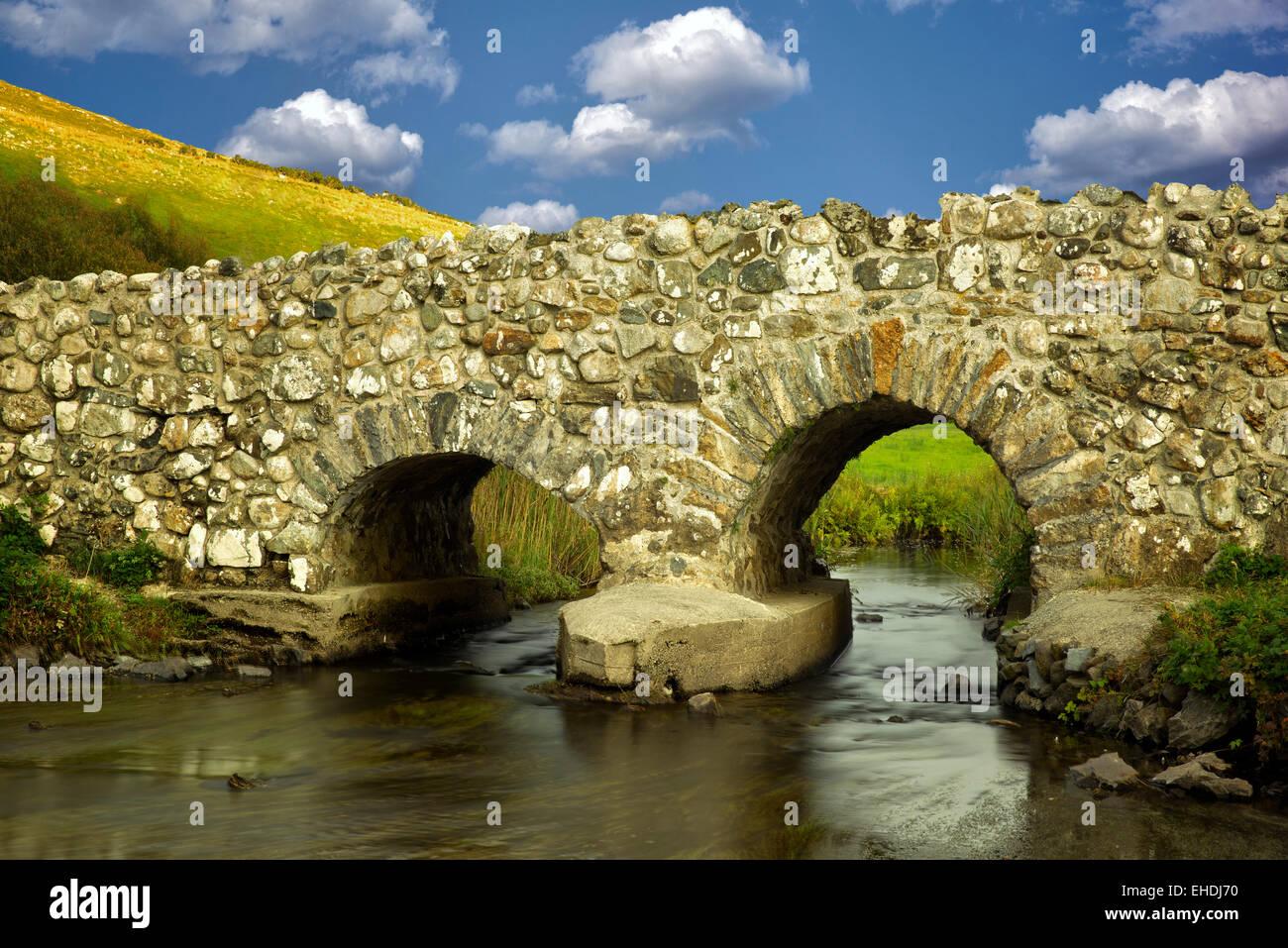 Apprendere ponte in prossimità di Oughterard, Irlanda. In primo piano nell'uomo tranquillo film Immagini Stock