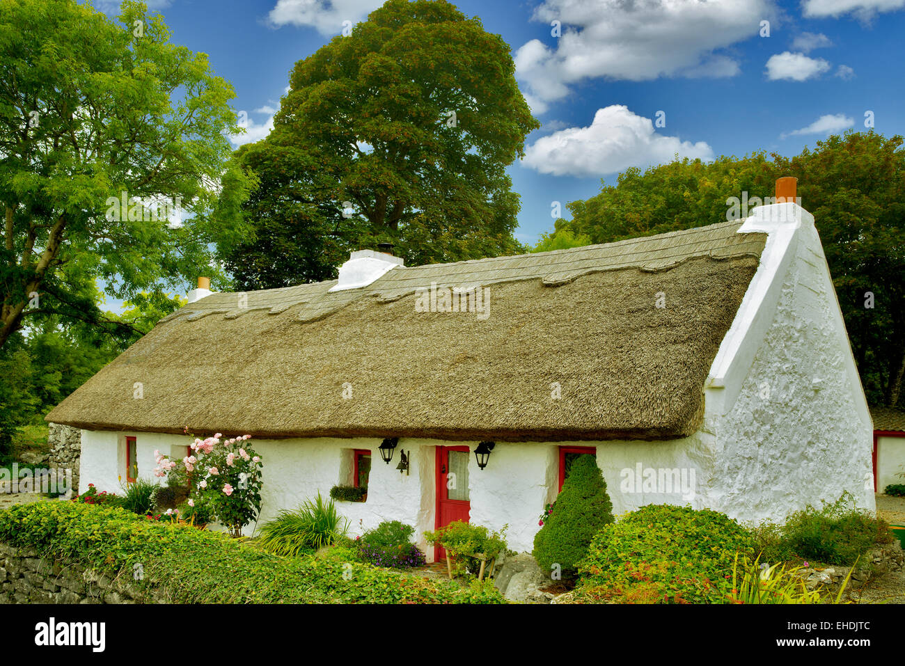 Irish cottage con tetto in paglia. Oughterard, Irlanda Immagini Stock