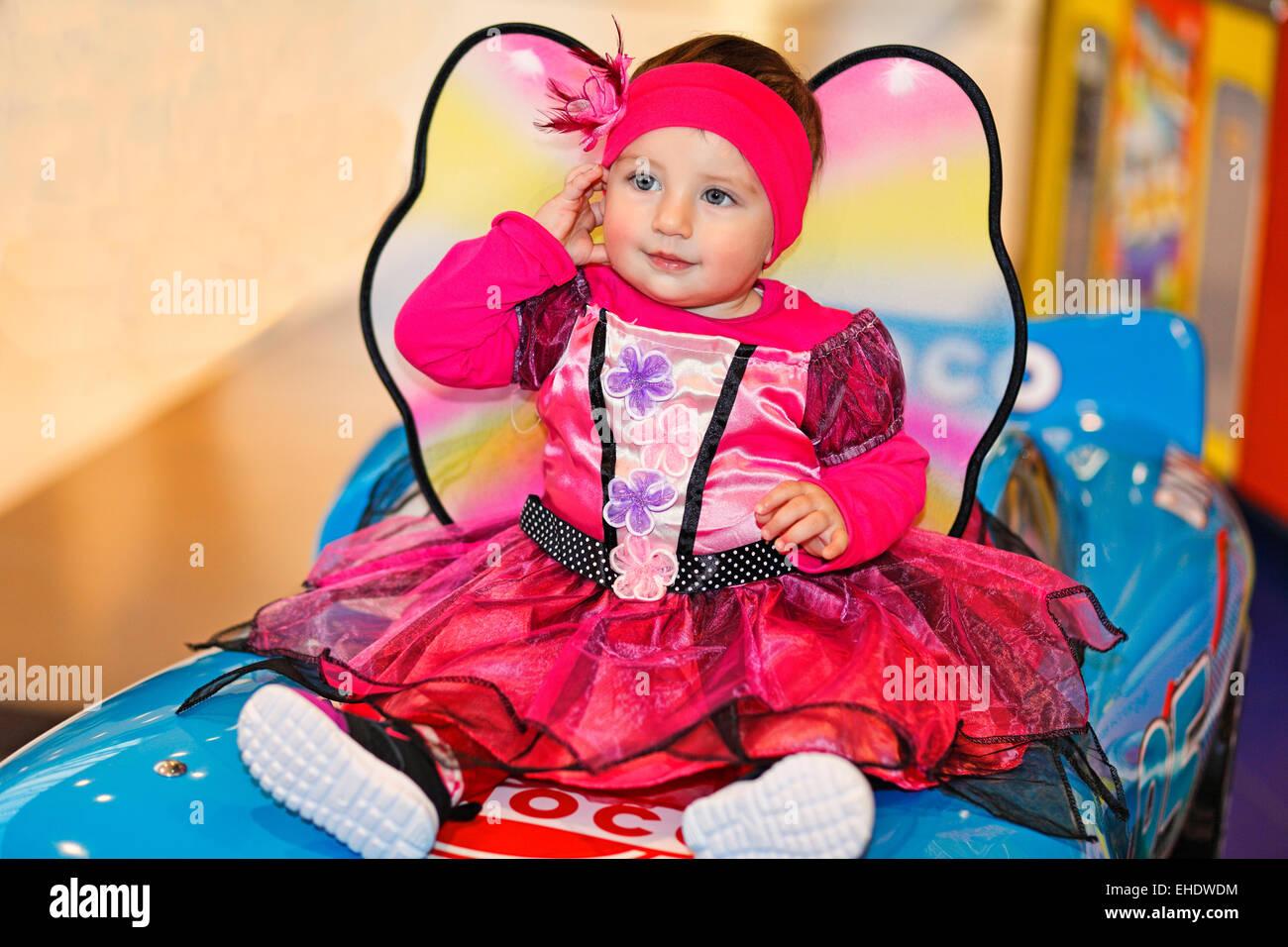 Una graziosa bambina in costume fata divertendosi Immagini Stock