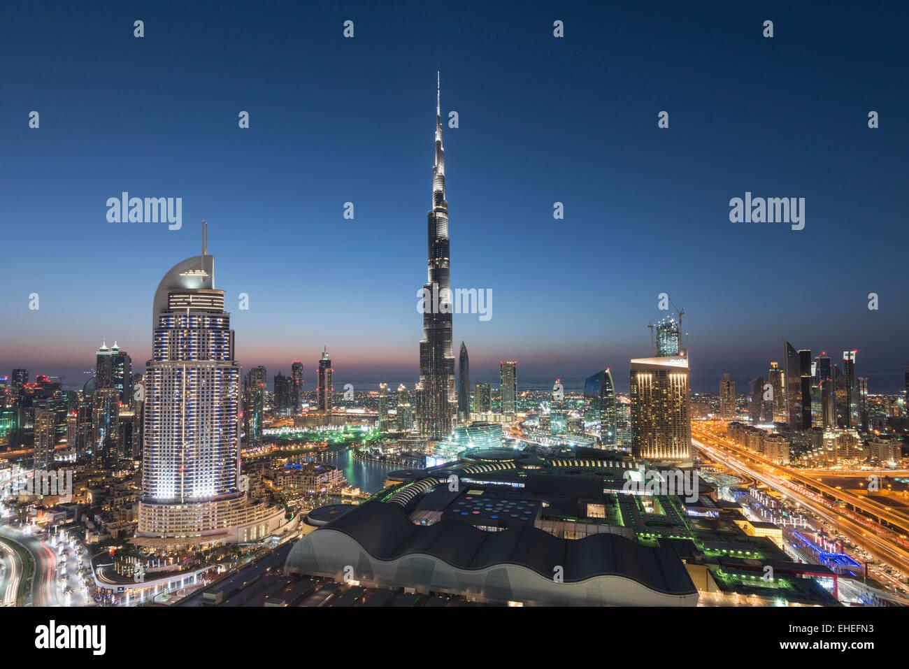 Il Burj Khalifa , il Dubai Mall e lo skyline del centro cittadino di Dubai alla notte in Emirati Arabi Uniti Immagini Stock