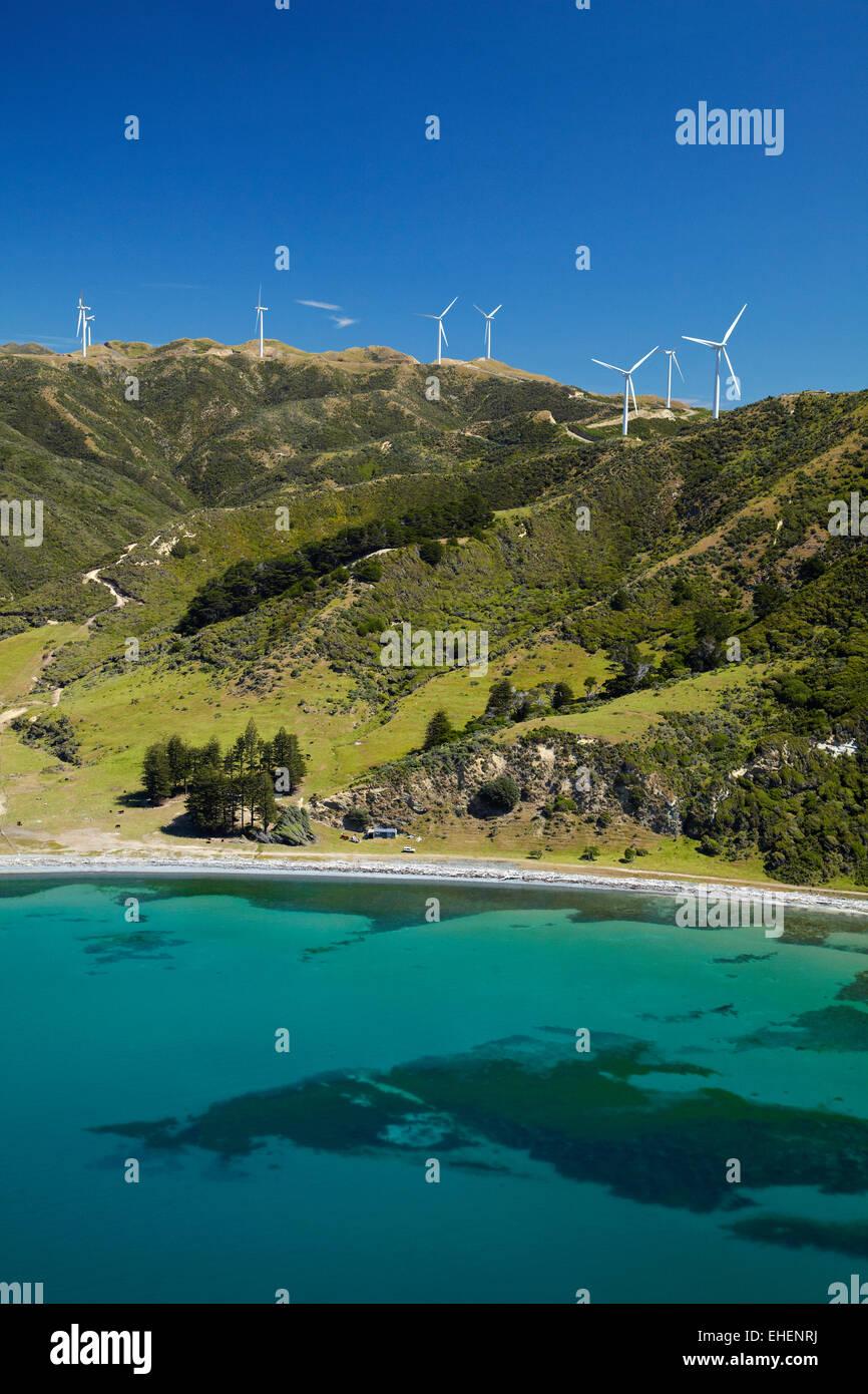 Te Ikaamaru Bay e makara che Wind Farm (Progetto West Wind) Wellington, Isola del nord, Nuova Zelanda - aerial Immagini Stock