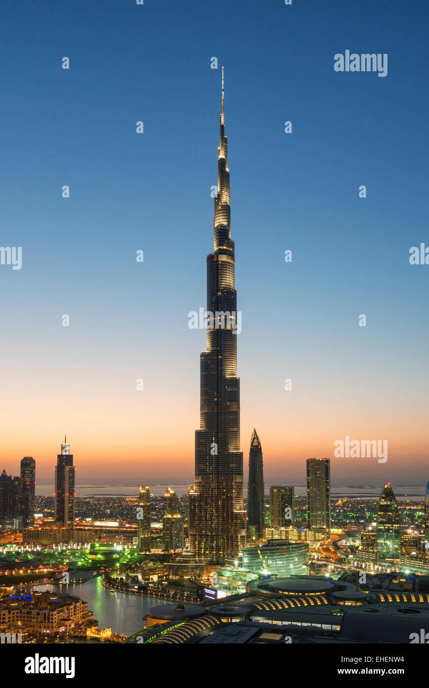Il Burj Khalifa e lo skyline del centro cittadino di Dubai alla notte in Emirati Arabi Uniti Immagini Stock