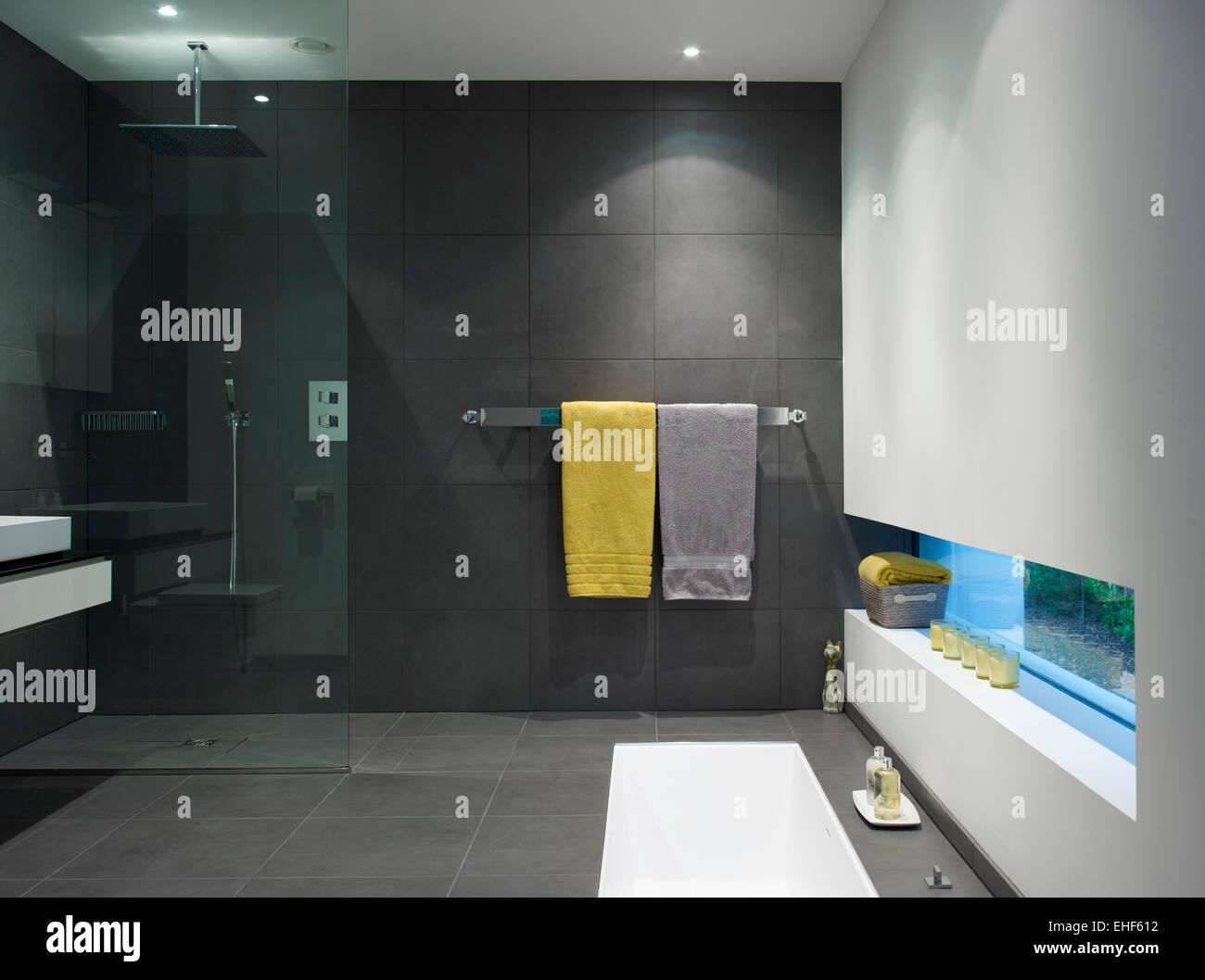 Vasca Da Bagno Rivestita : Bagno rivestito di piastrelle e bagno con doccia e vasca da bagno