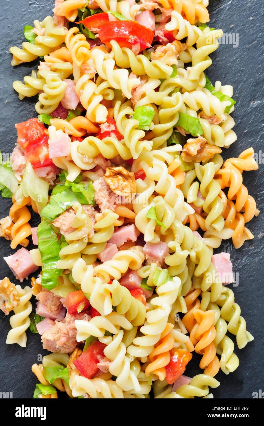 Primo piano di una rinfrescante insalata di pasta su un sfondo di ardesia Immagini Stock