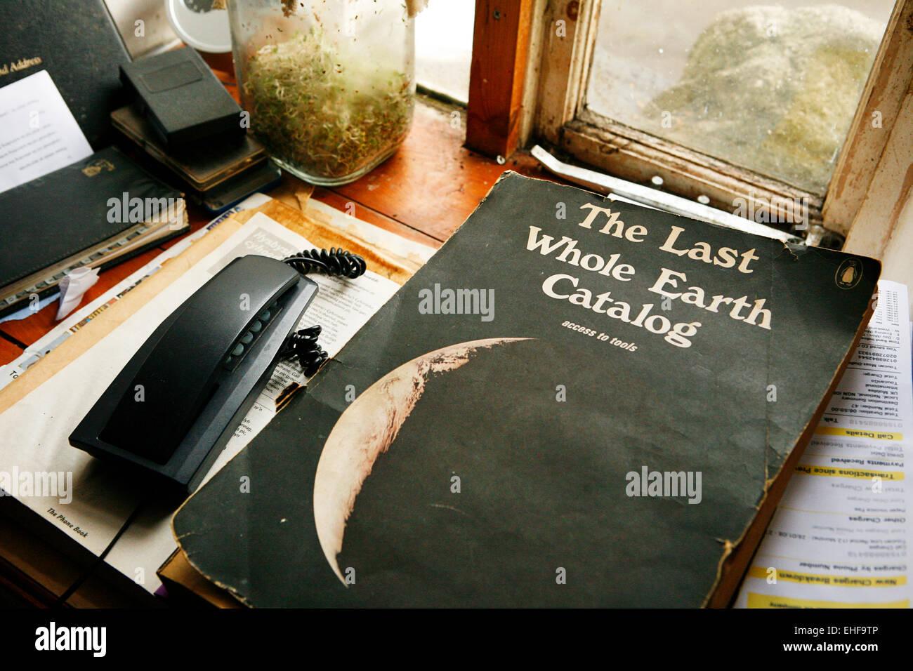 L'ultimo tutta la terra libro catalogo a tende Tepee Valle un eco comunità vicino Talley in Galles. Immagini Stock