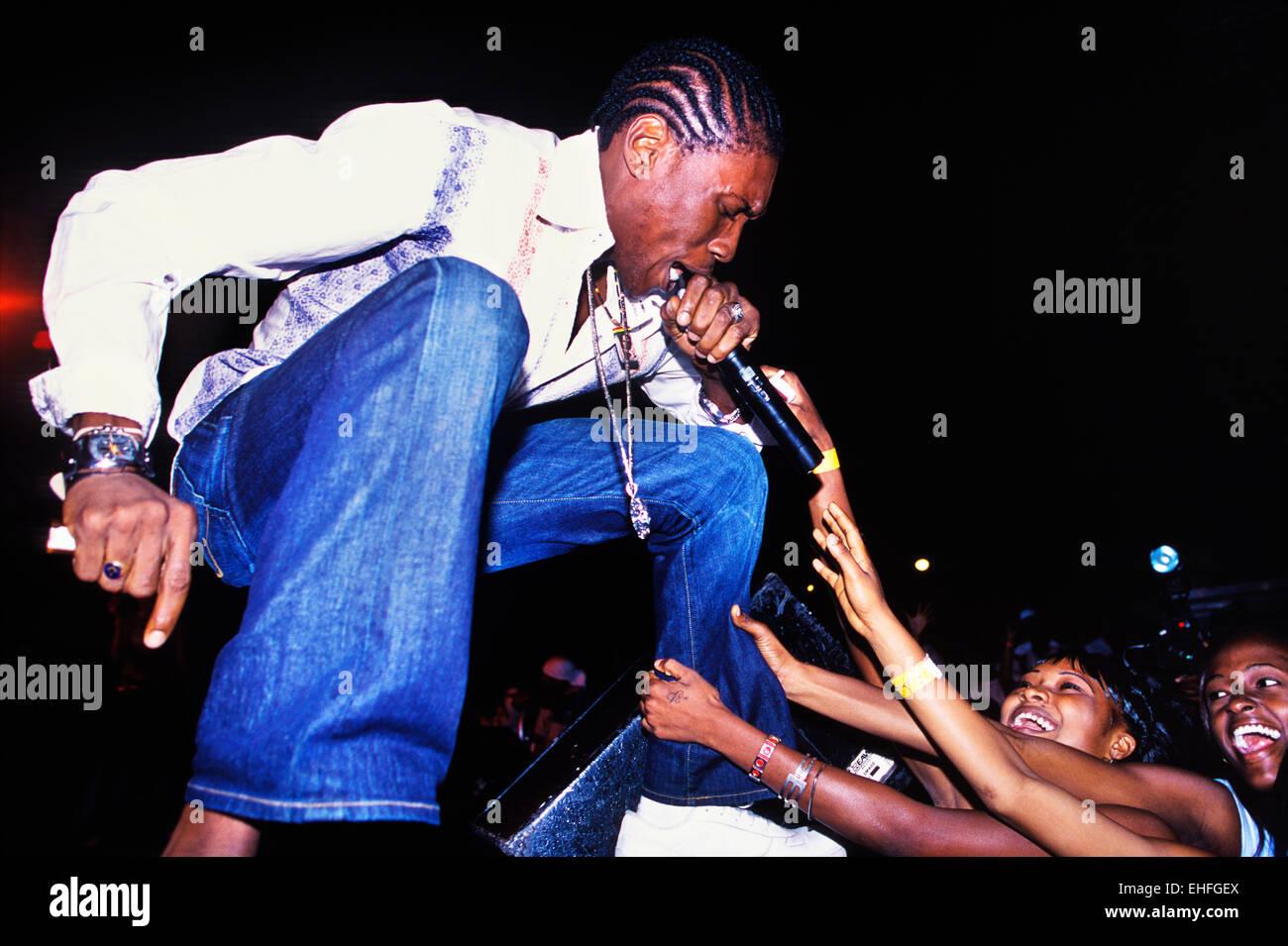 Cartello Vybz essendo assaliti sul palco di Eclipse a Rockfort Spa Kingston in Giamaica. Immagini Stock