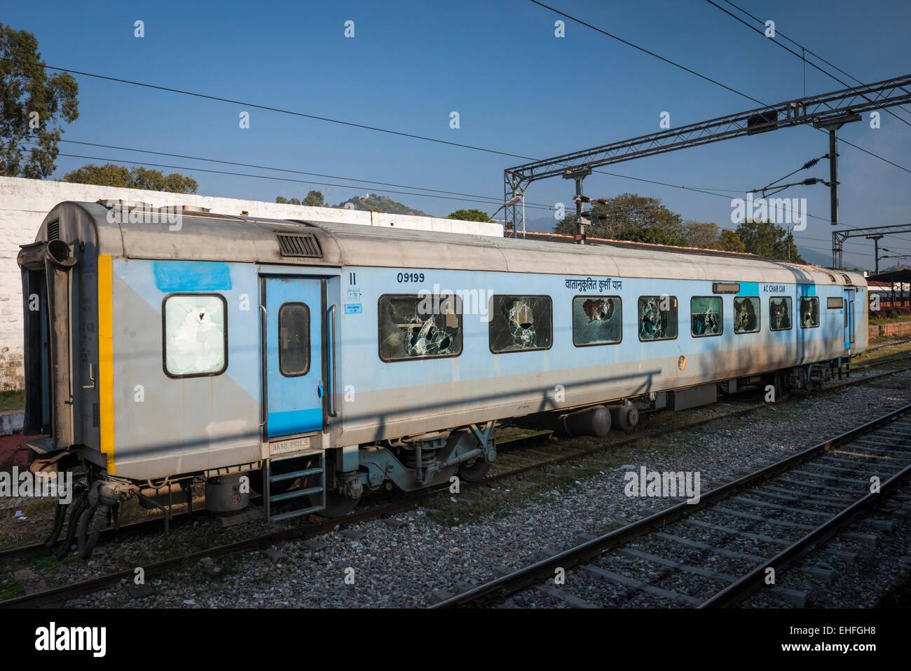 Trasporto in treno con fracassato windows alla stazione di Chandigarh, Haryana e Punjab, India Immagini Stock