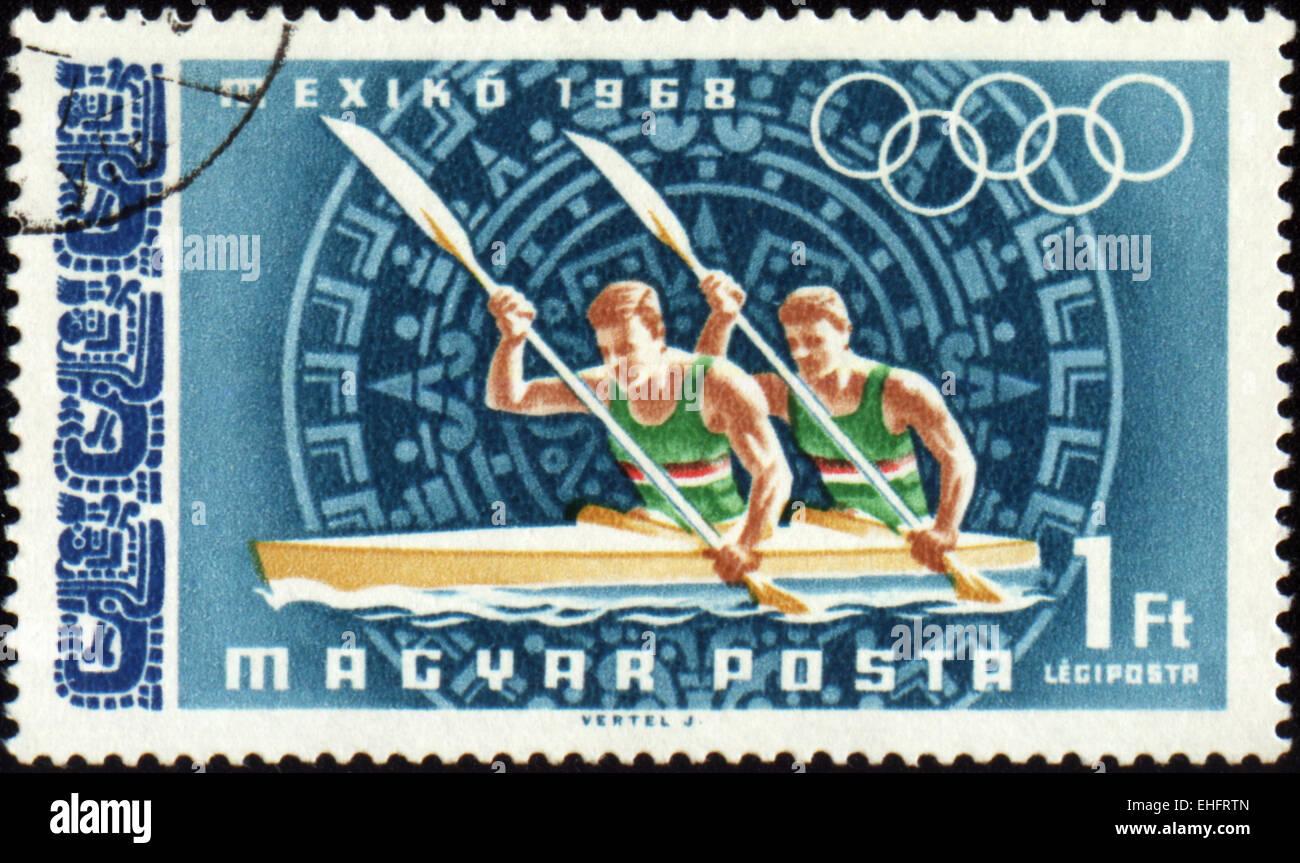 Ungheria - circa 1968: un timbro postale stampato in Ungheria mostra il canottaggio Immagini Stock