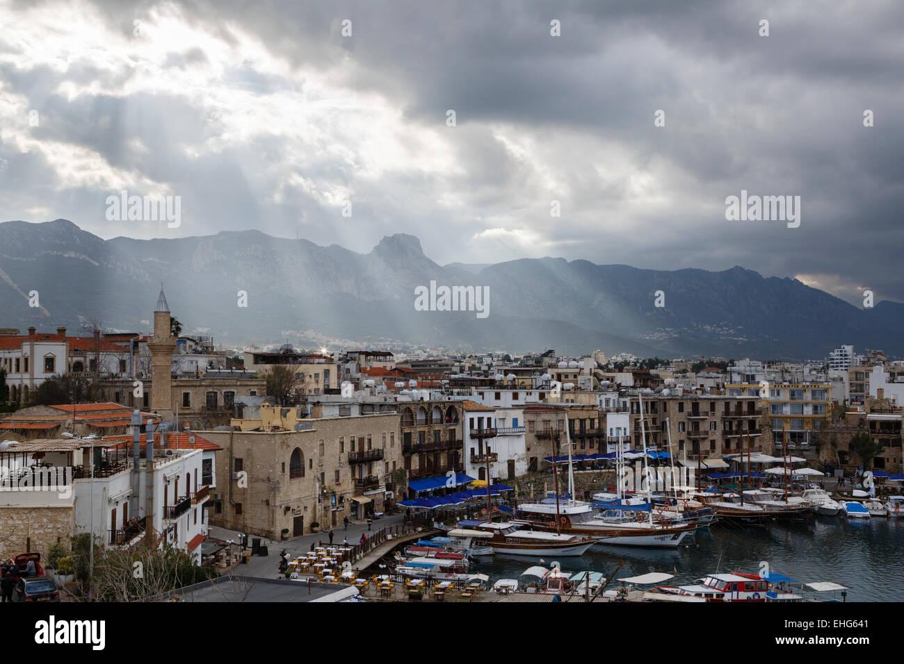 Vista del porto dal castello di Girne (Kyrenia), la parte settentrionale di Cipro Immagini Stock