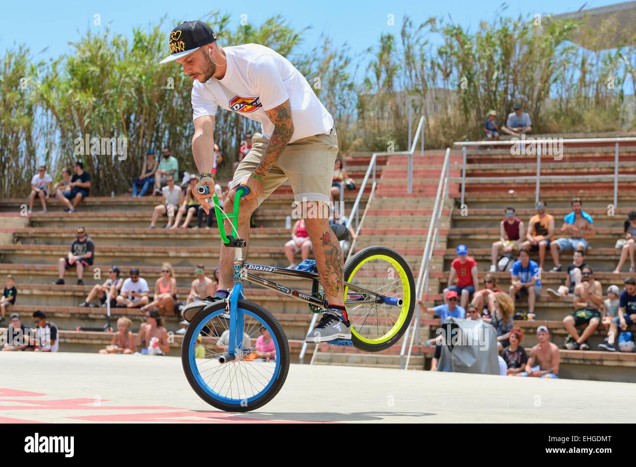 Barcellona - 28 giugno: un pilota professionista presso la BMX (bicicletta motocross) Flatland concorrenza a LKXA Immagini Stock