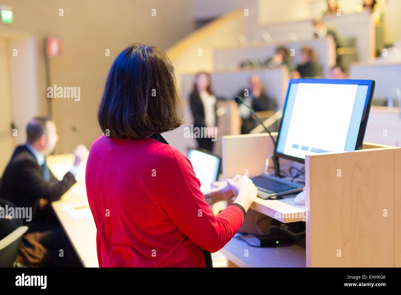 Altoparlante femmina a conferenze di affari. Immagini Stock