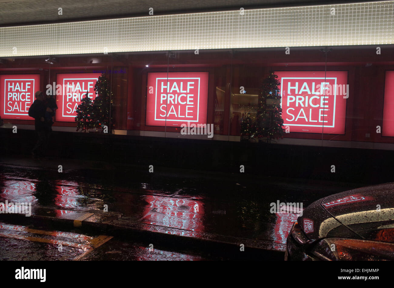 Per la vendita dei segni nel negozio di vendita al dettaglio finestra in Oxford Street nel West End di Londra REGNO Immagini Stock
