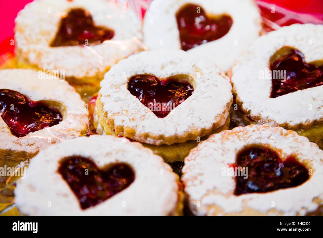 A forma di cuore jammy dodger biscotti sandwich Immagini Stock