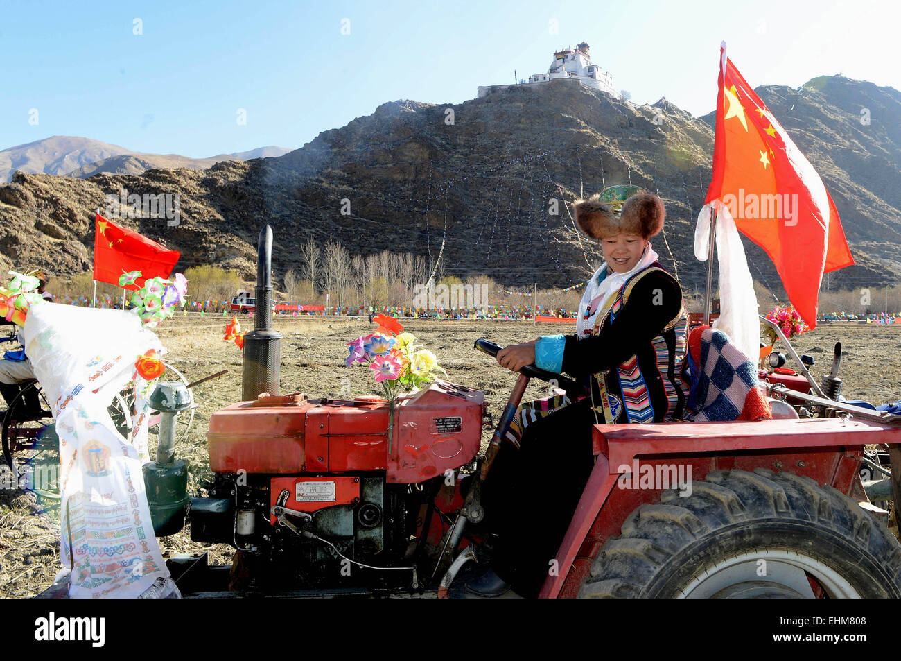 Calendario Donne E Trattori.Female Ploughing Immagini Female Ploughing Fotos Stock Alamy