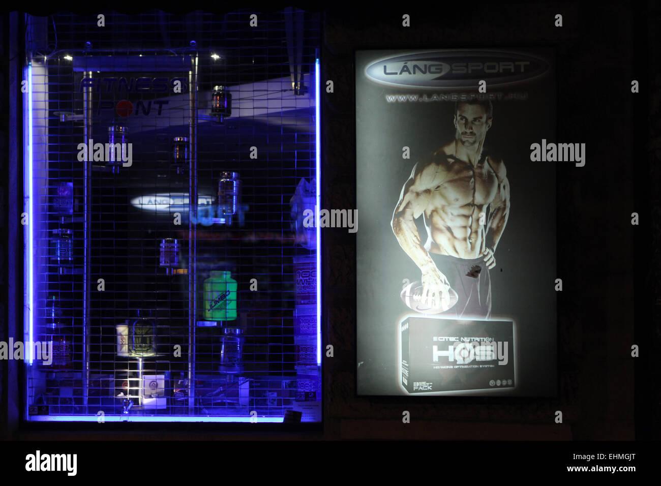 Negozio finestra decorata con un annuncio pubblicitario per il bodybuilding supplemento in Budapest, Ungheria. Immagini Stock